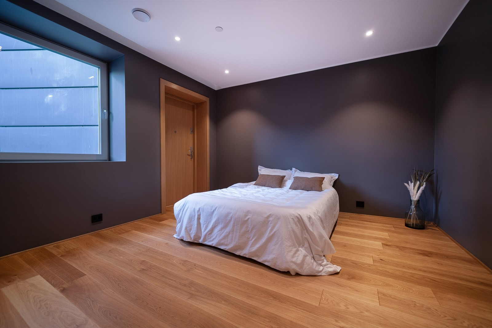 Soverommet er av svært god størrelse, malt i delikate farger og og har innfelt belysning