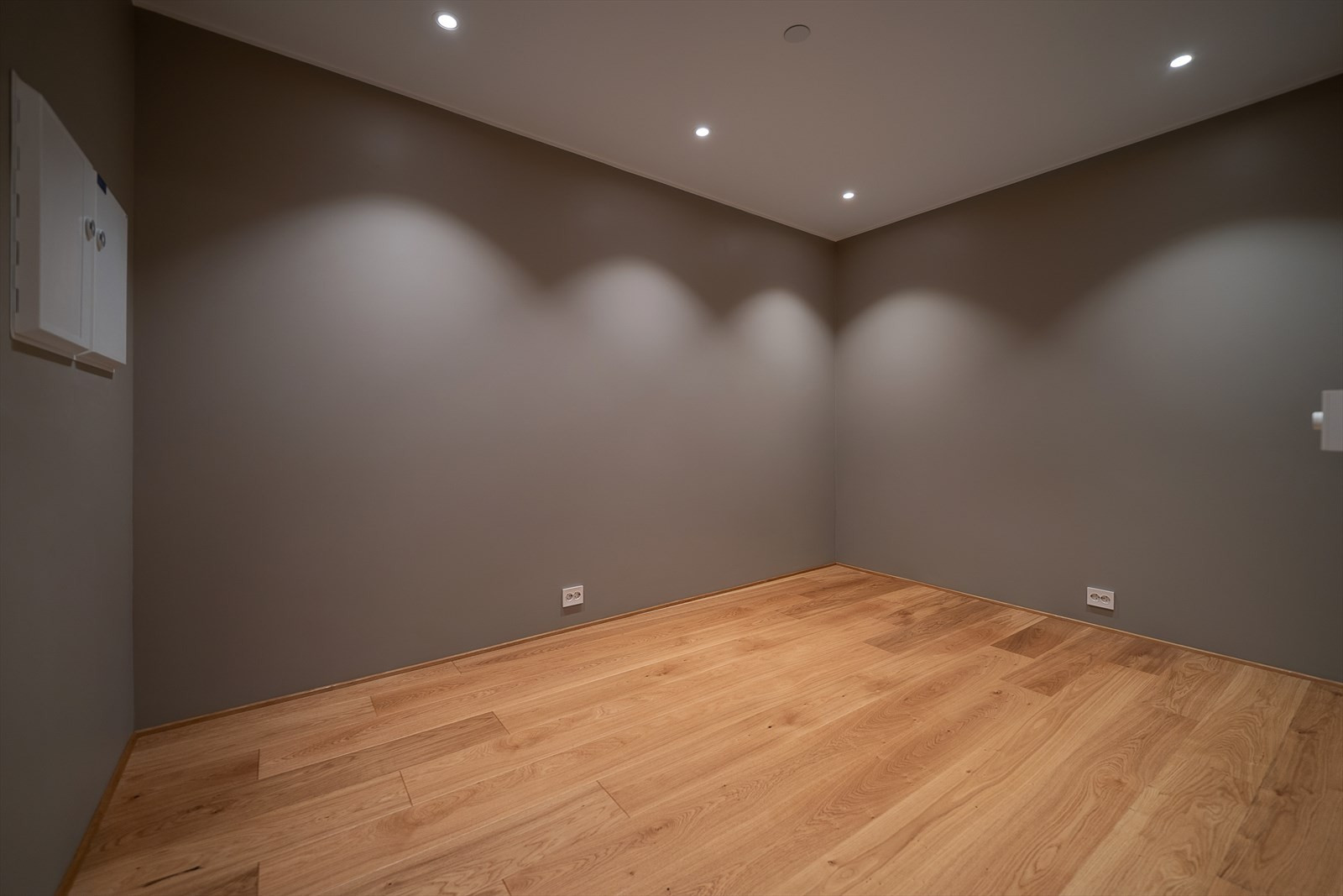 Innenfor dagligstuen og kjøkkenet finner du dette flotte rommet som kan være kontor/TV-stue o.l.