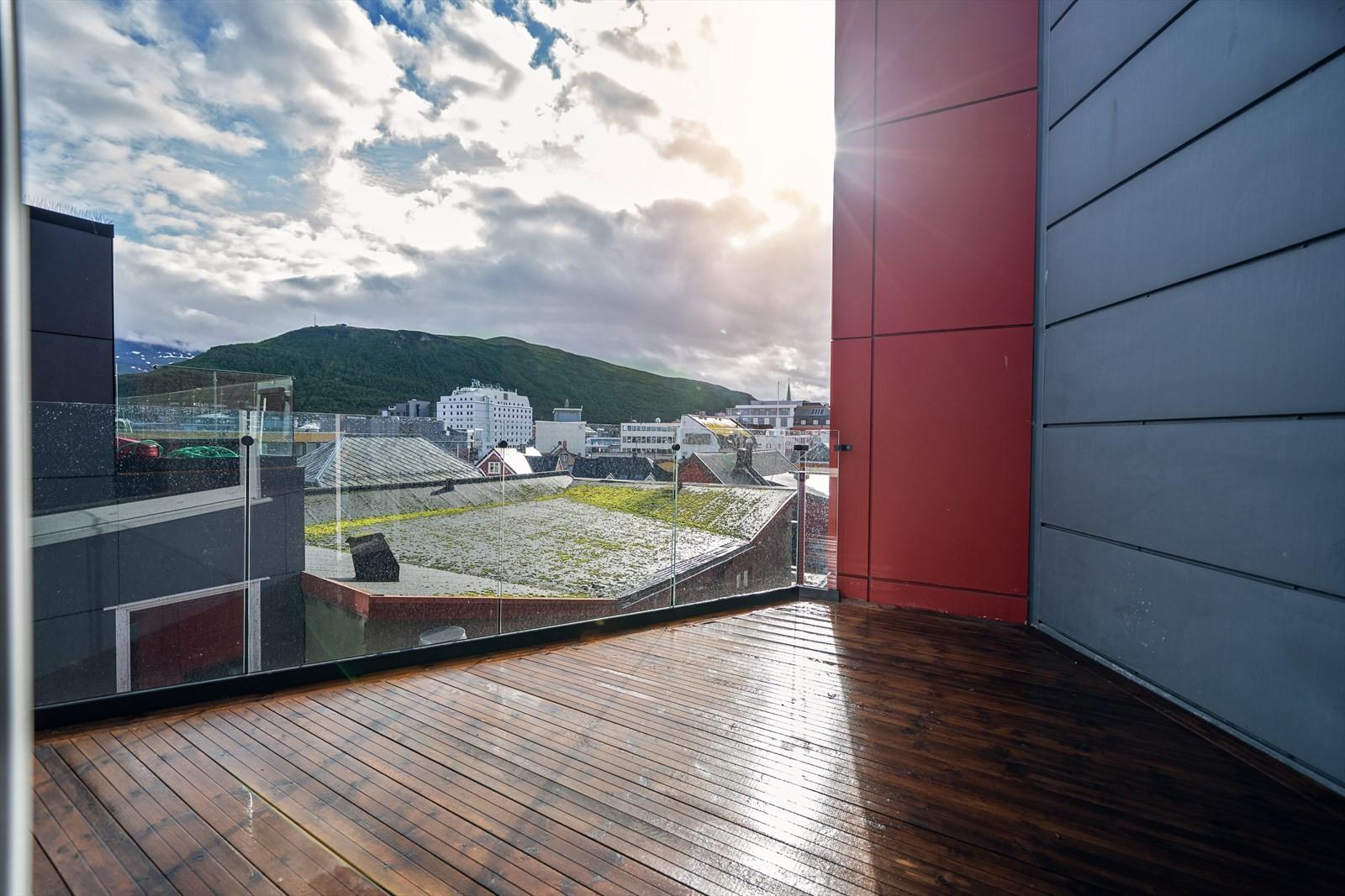 Fra stuen går du ut til denne flotte sør-østvendte verandaen hvor du har fin utsikt over sentrum og mot Fløya
