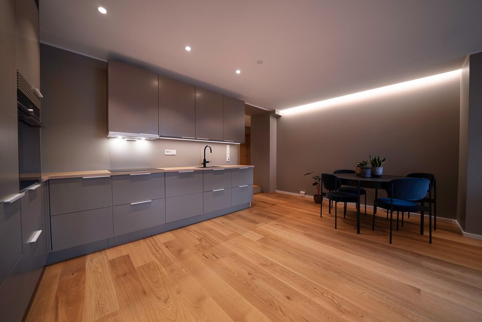 Du finner fin plass til spisebord mellom kjøkkenet og stuen