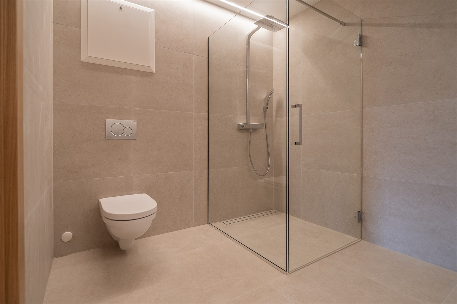 Badet er også av høy kvalitet med storformat fliser, armatur fra kvalitetsleverandør, vegghengt klosett og belysning av innsparklet ledlys