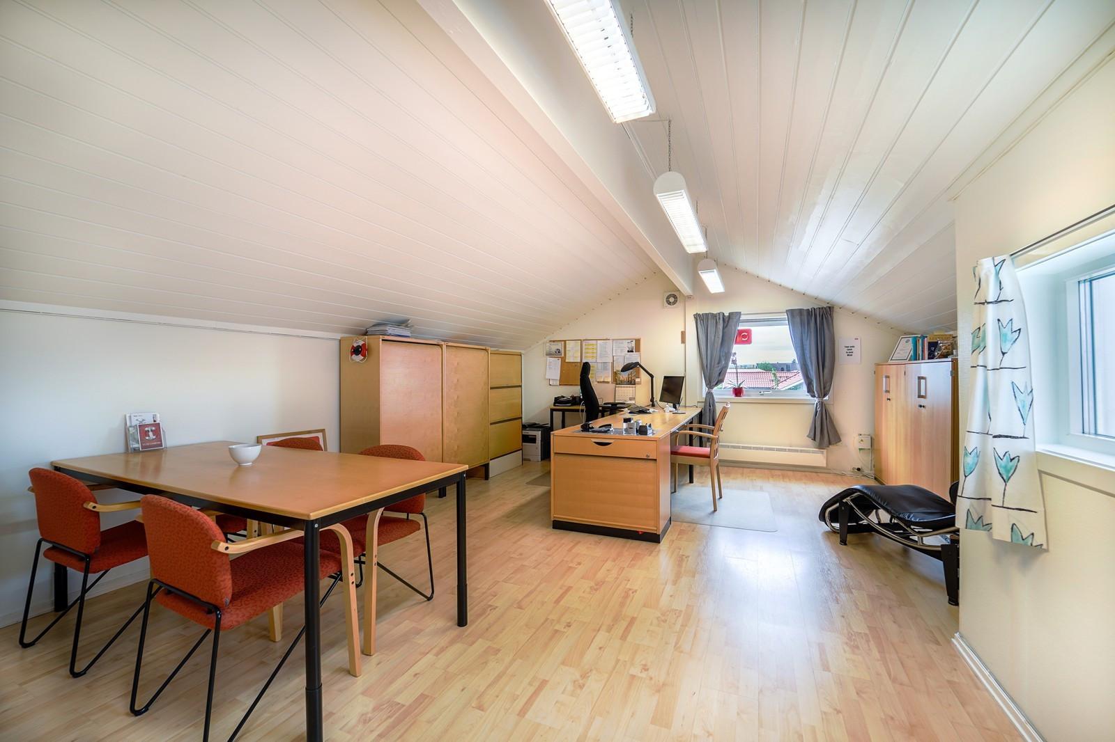 Kontoret er stort med plass til flere kontorplasser om ønskelig