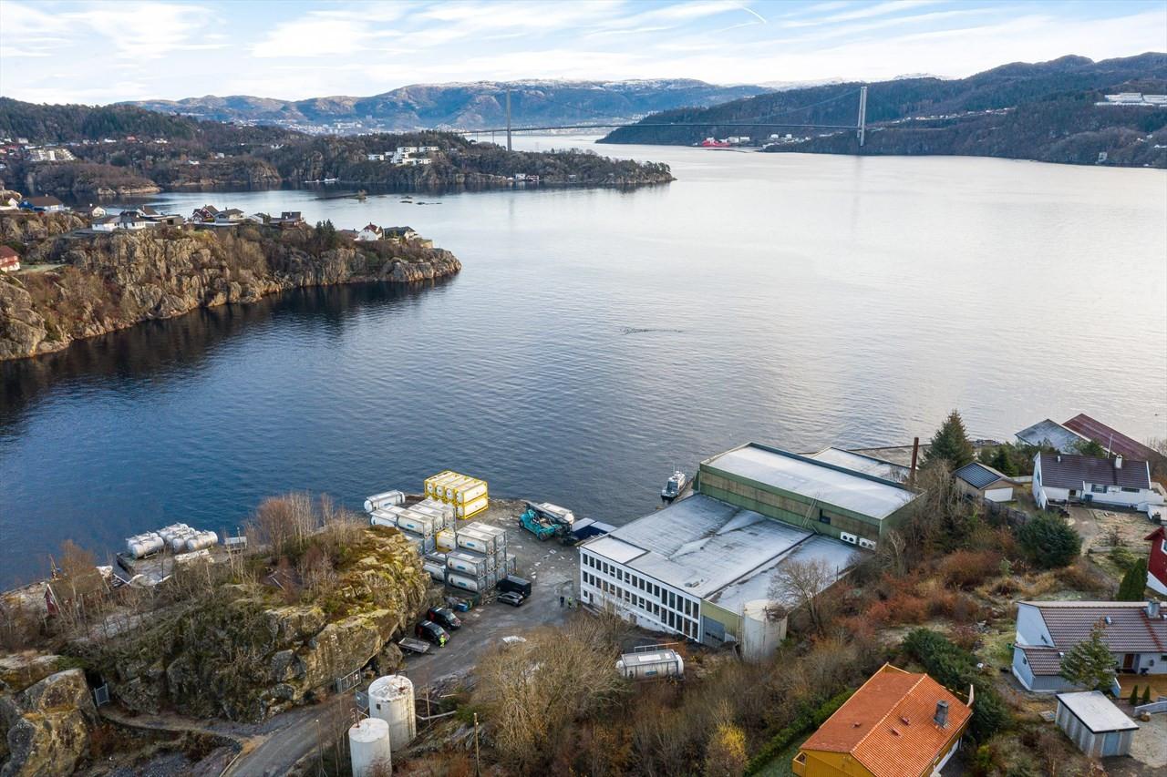 Strategisk meget god plassering ved skipsleden til Bergen.