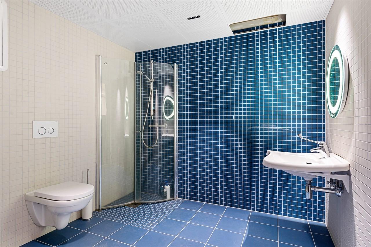 Flotte toalett og dusjfasiliteter i bygget.