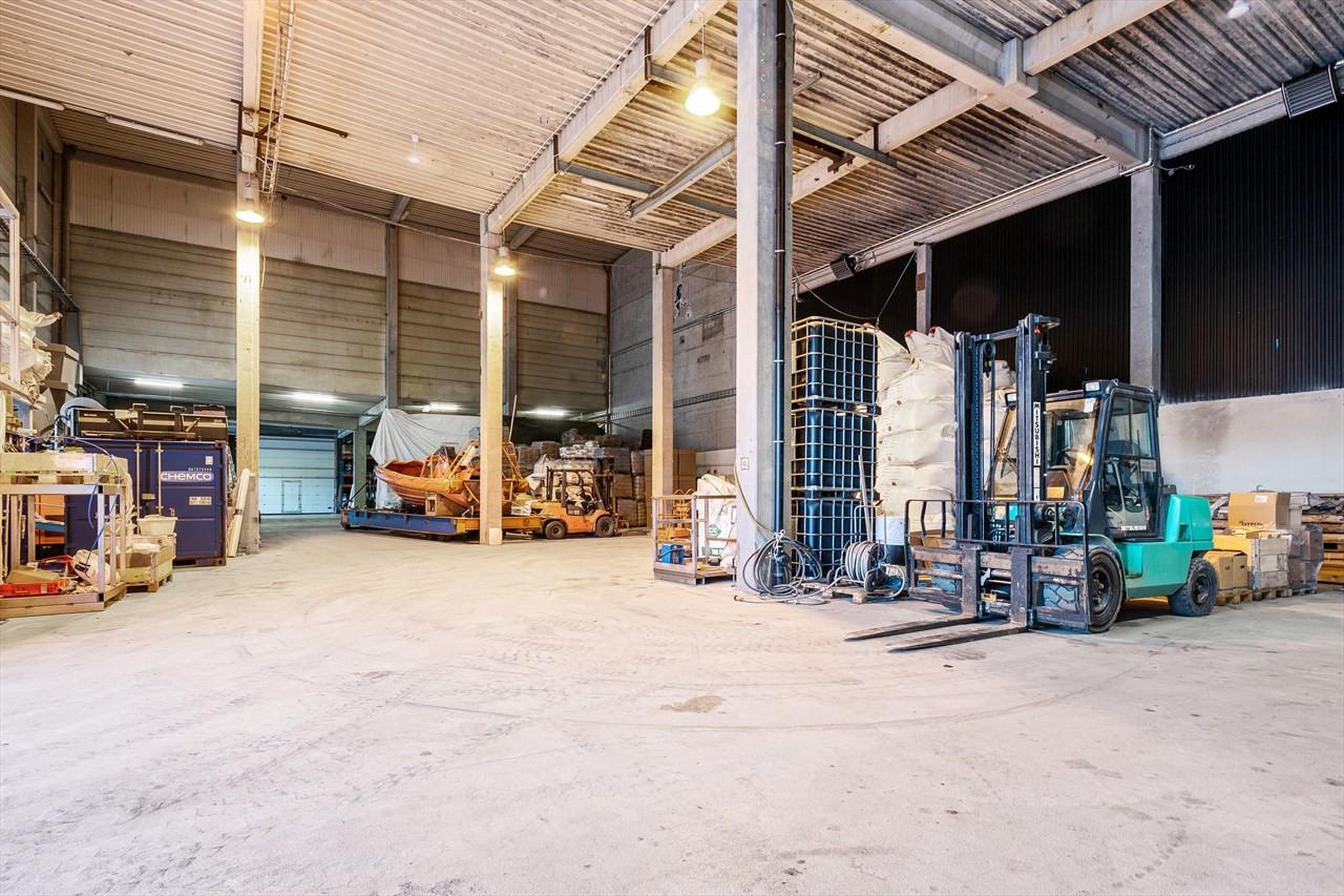 Det kan tilbys ulike arealer i lagerhall med takhøyde på 5, 8 og 14 meter.