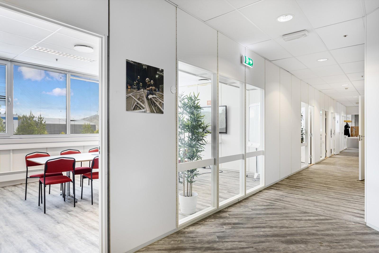 Utstrakt bruk av glass mellom møterom/kontor og til gang-/fellesarealer