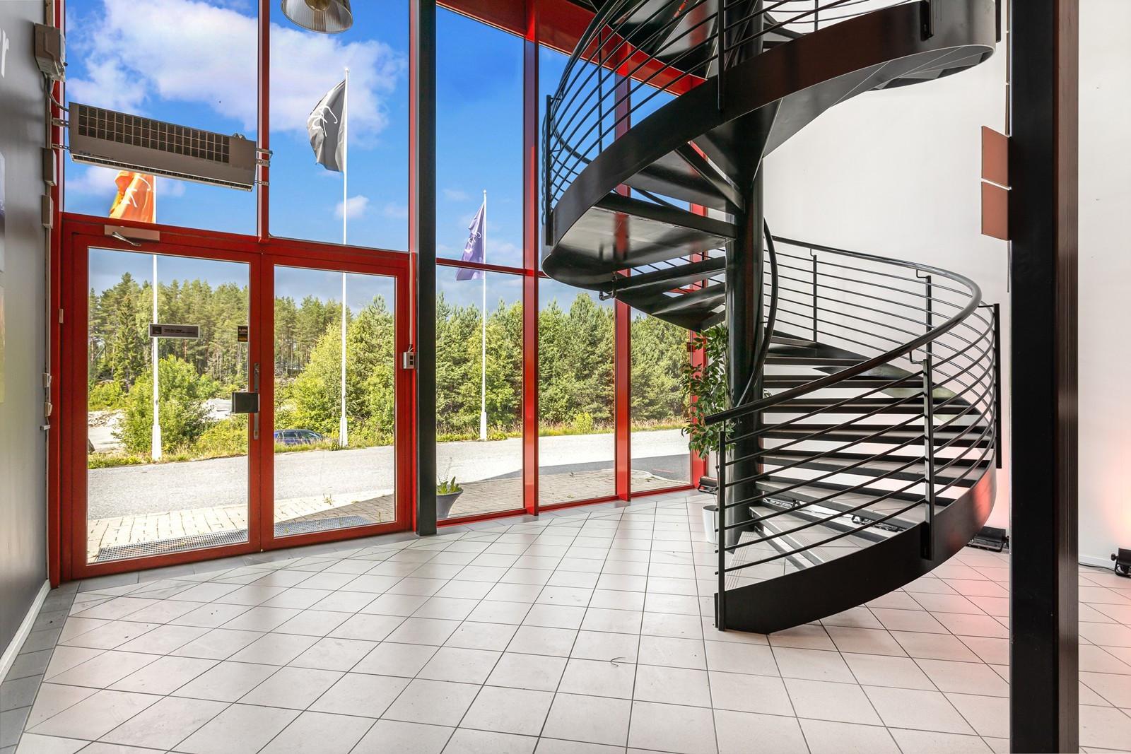 Hovedinngang kontor - trapp til 2. etasje (kontoretasjen)