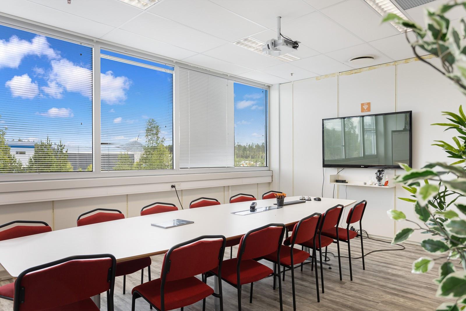 Stort møterom med gode lysforhold