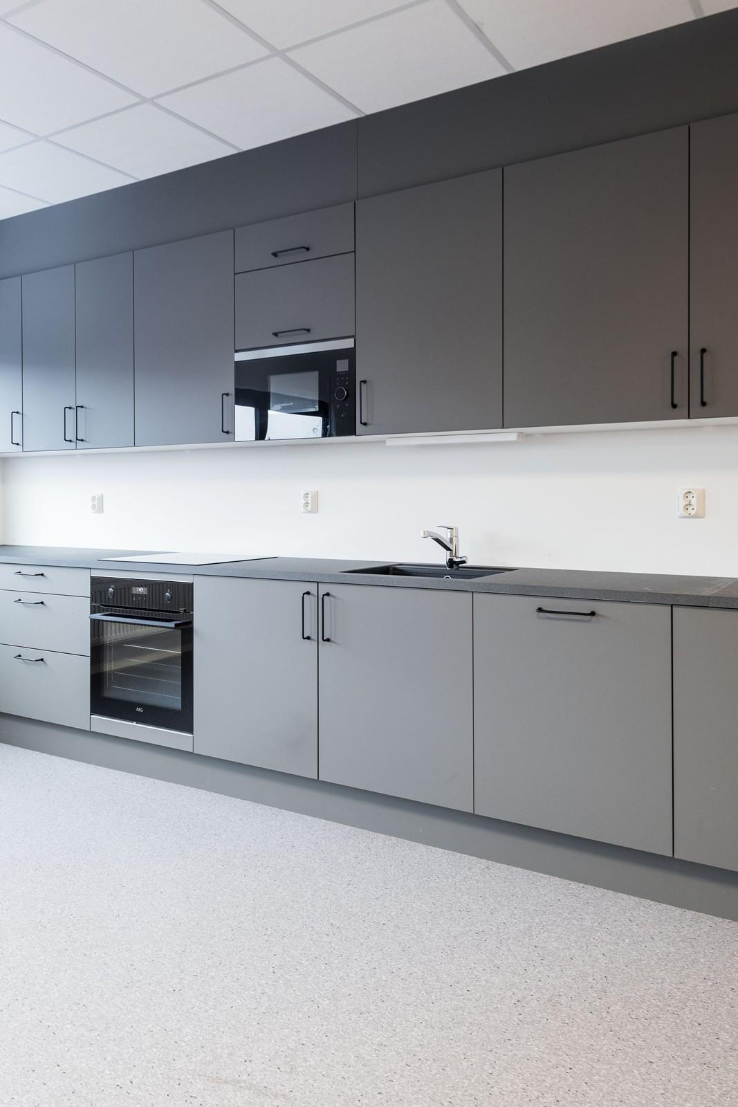 Moderne kjøkken / kantine med integrerte hvitevarer (felles) - BYGG 1