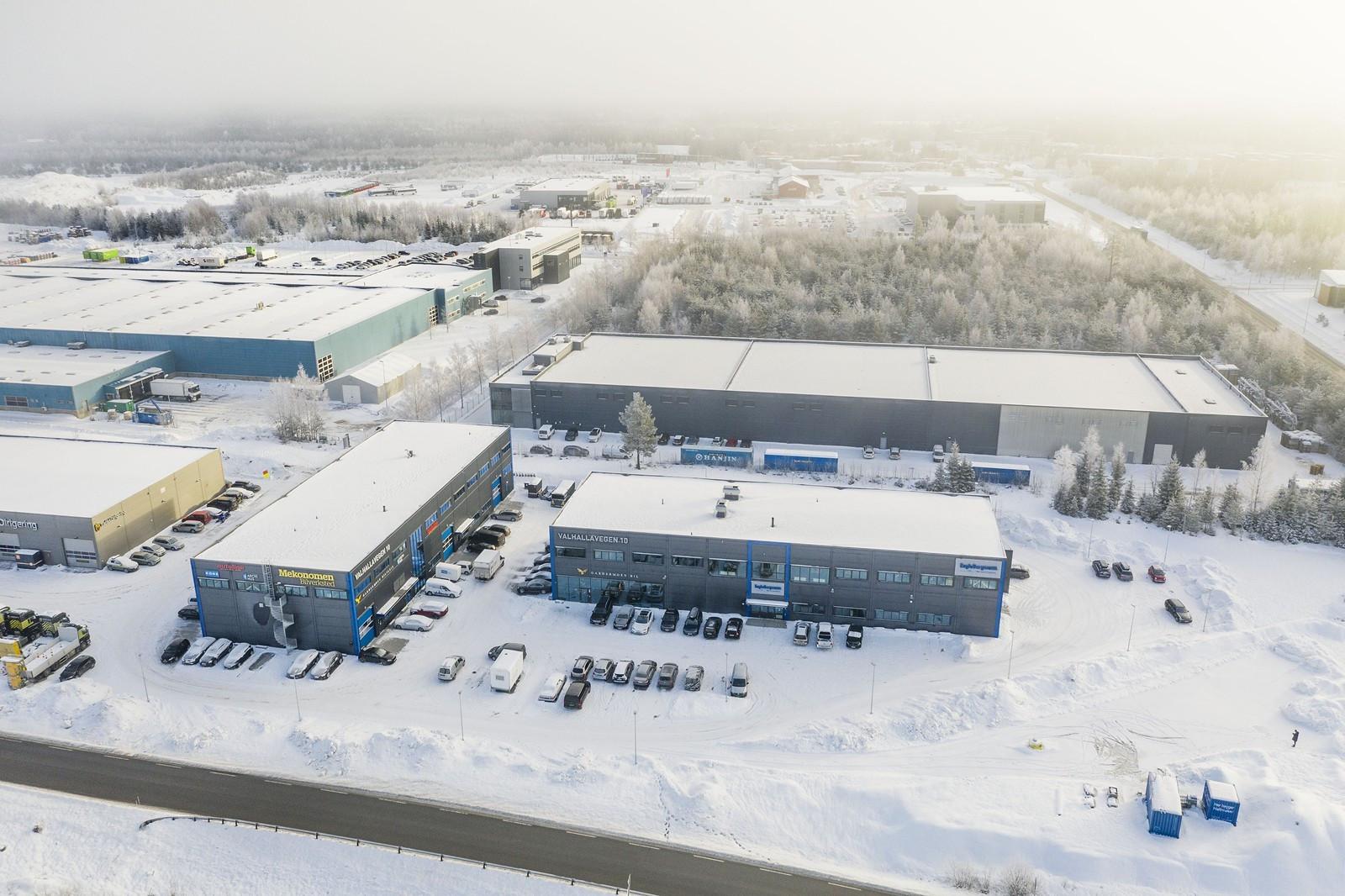Sentralt beliggende i Gardermon Vest Næringpark med kort vei til E6, E16, Oslo Lufthavn og Jessheim sentrum!!