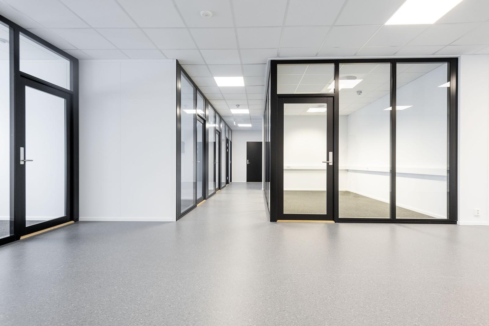 Innredet lokale - gjennomgående bruk av glass som gir åpne arealer og gode lysforhold - BYGG 2