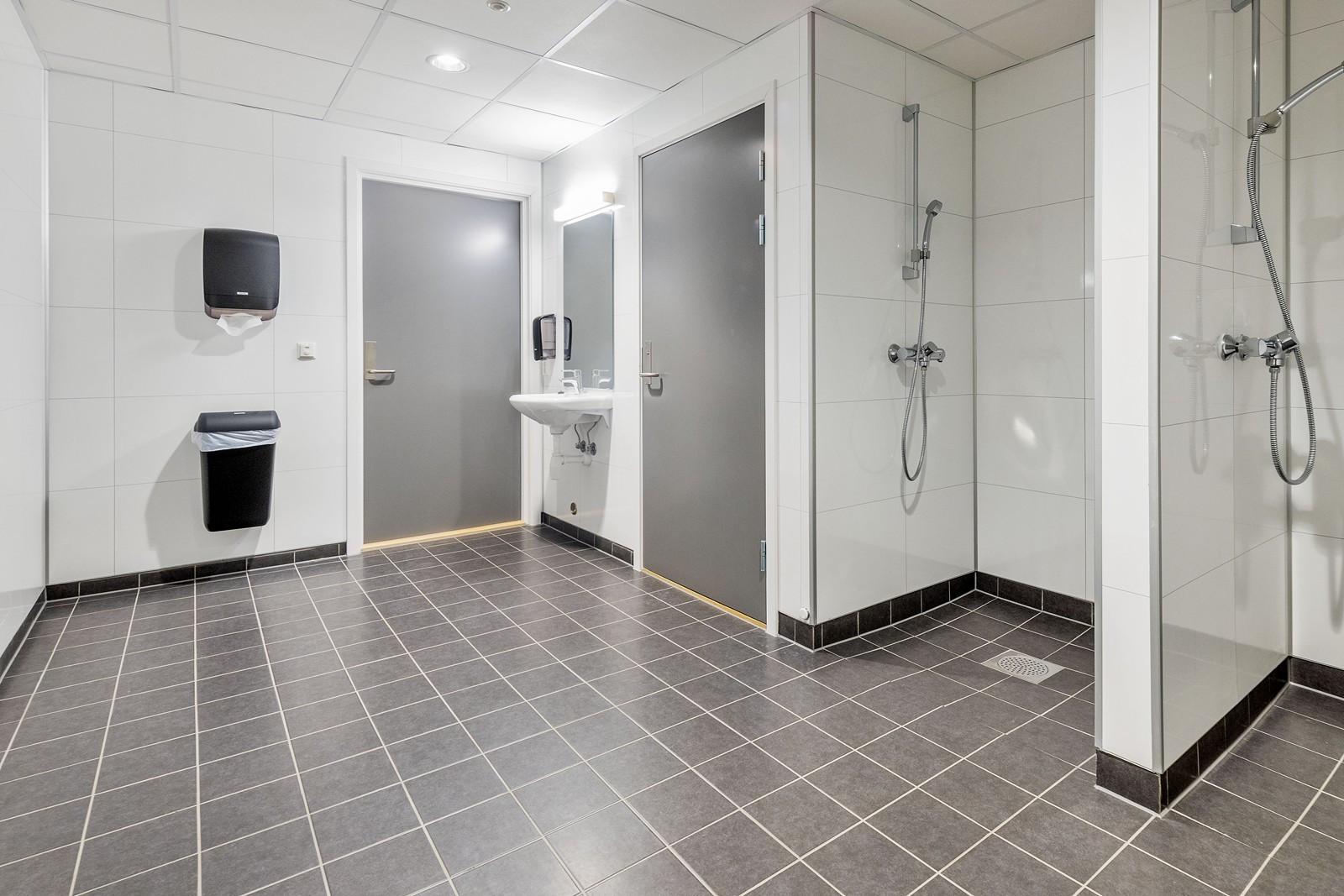 Felles garderobe med dusj og toalett