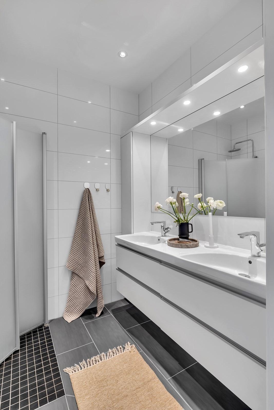 Badet finner du mellom hovedsoverom og de andre soverommene