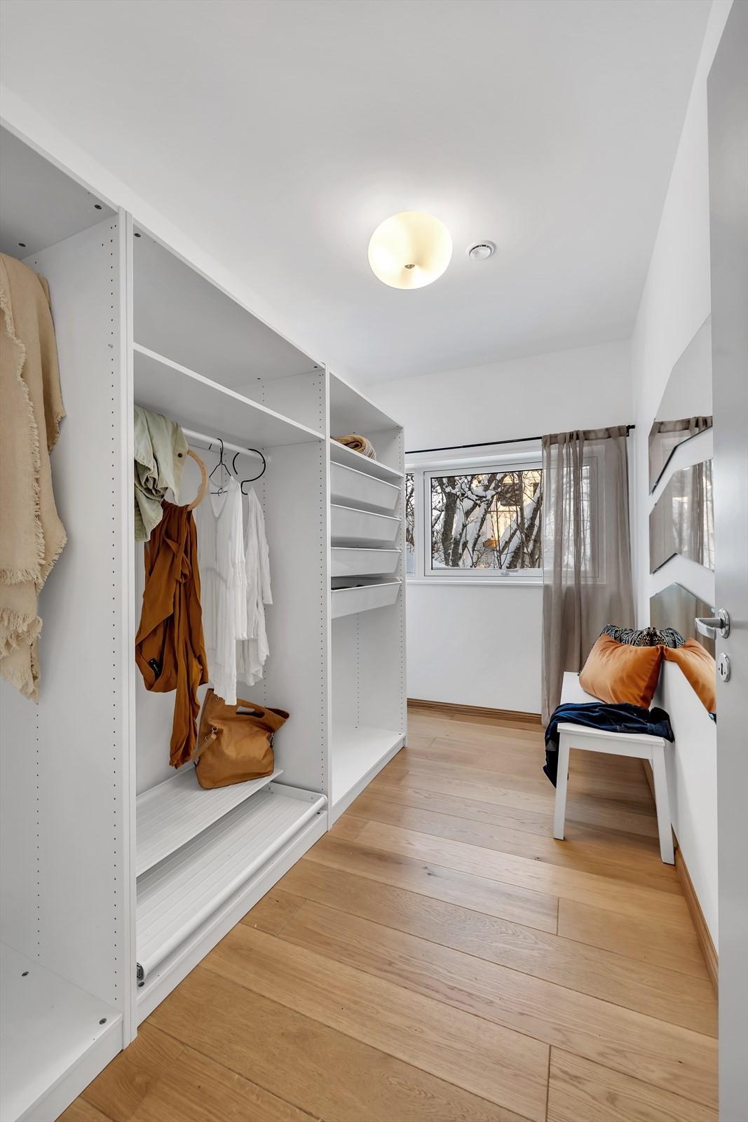 Soverom 4 er innredet som stor walk-in garderobe