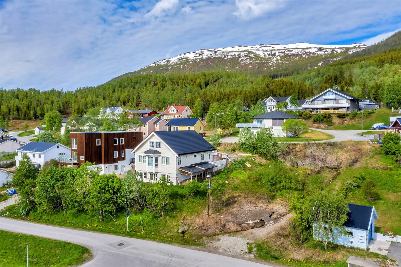 Svingbakken 7 er plassert i et etablert boligfelt