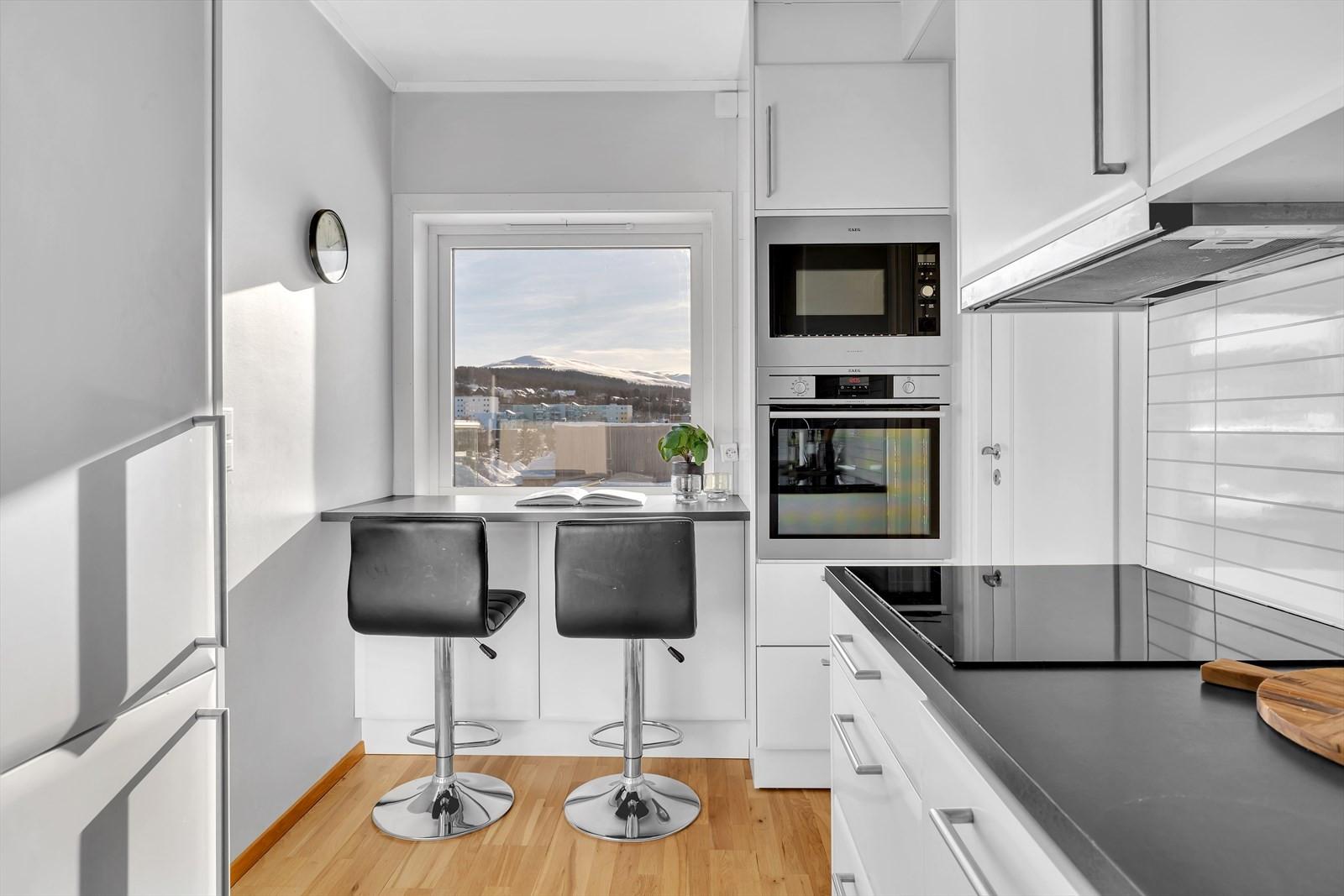 Kjøkken med integrerte hvitevarer og perfekt plass for hjemmekontoret