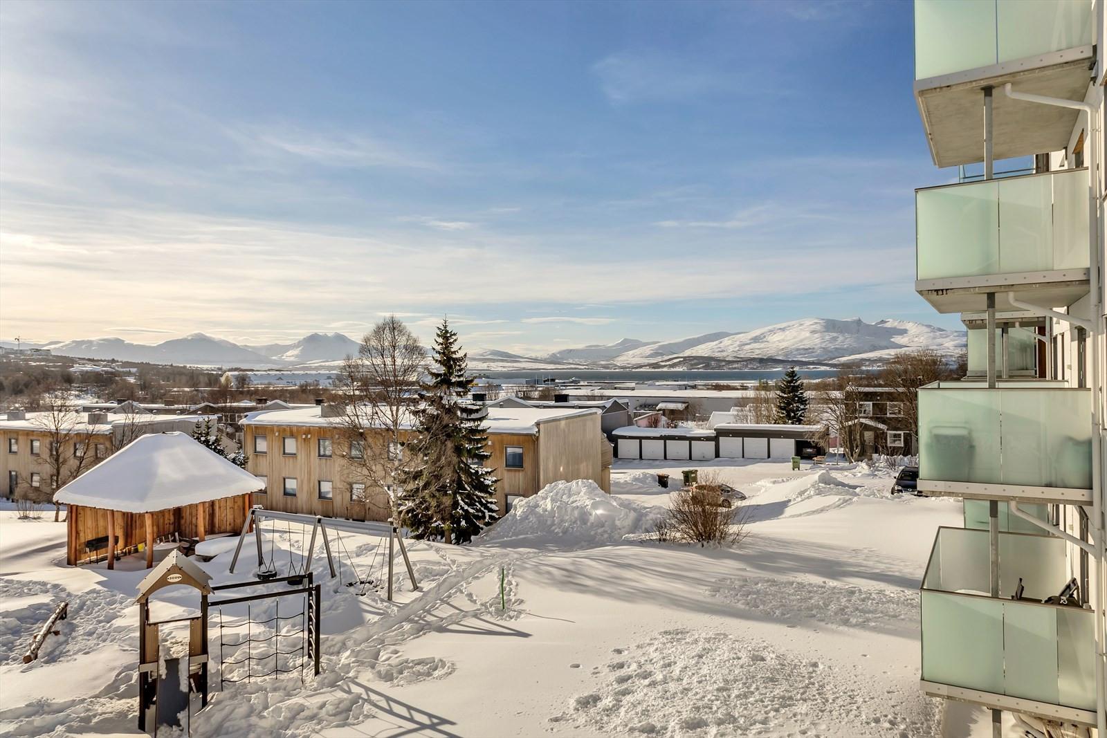 NYdelig utsikt mot sør mpt Tromsøya, Sandnessundet og fjellene på Kvaløya