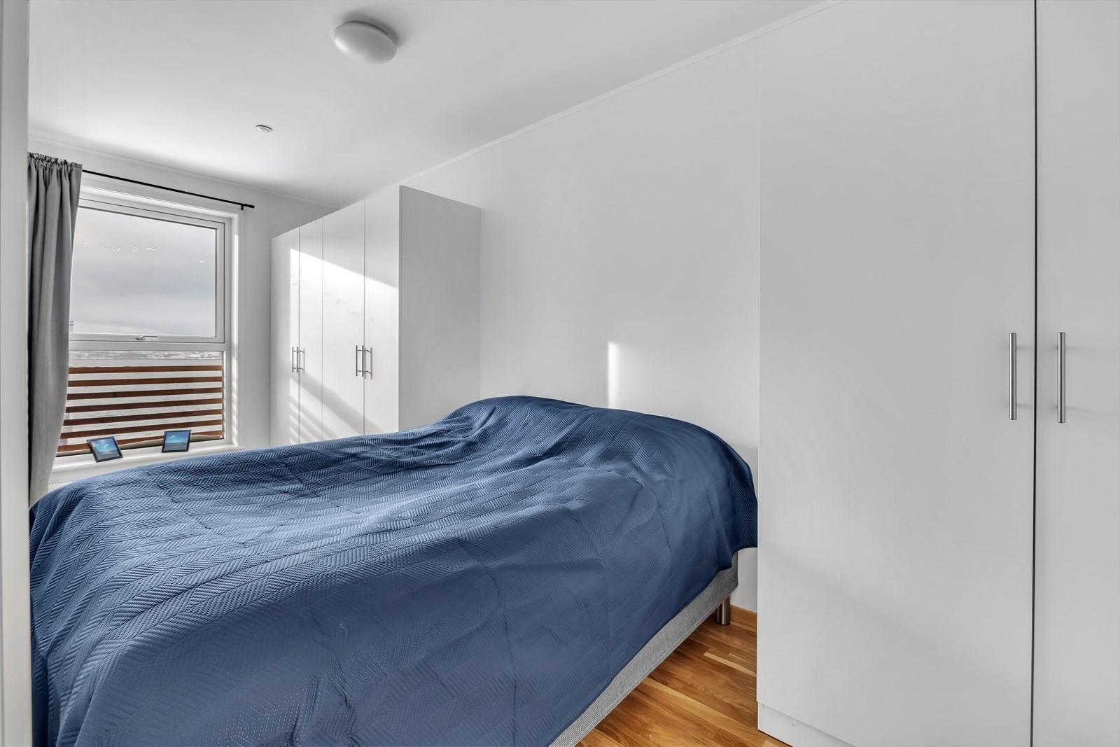 Soverommet har plass til stor seng og godt med garderobeskap