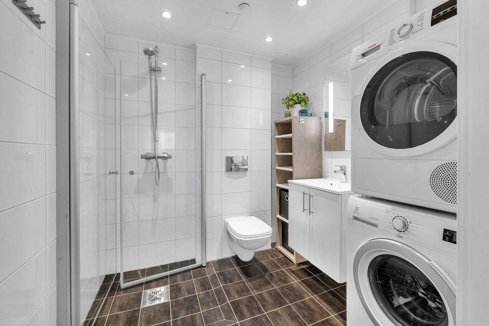 Flislagt bad med gulvvarme. Innslagbare dusjvegger. Speil med belysning.