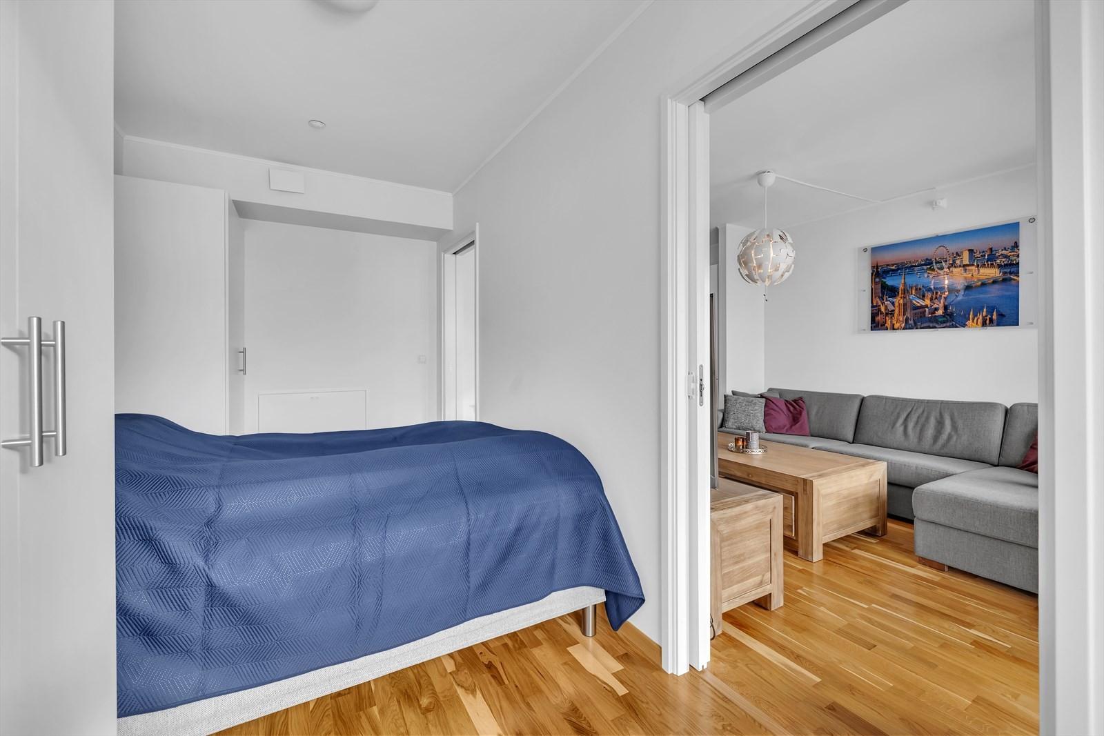Skyvedører mellom stuen og soverommet