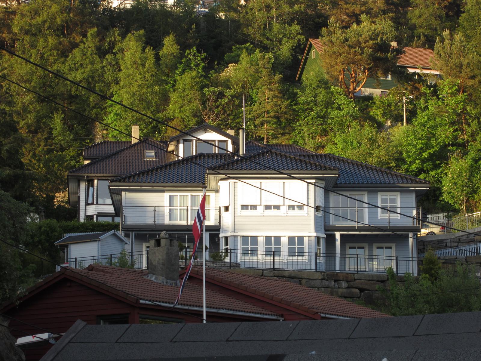Huset i sin helhet, høyt og fritt for innsyn