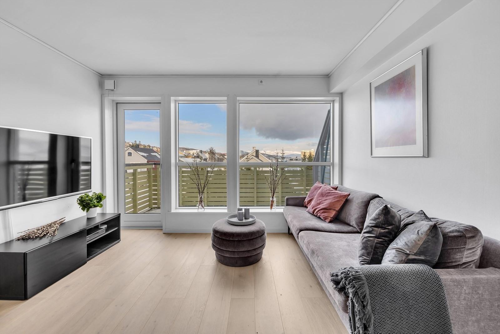 Fra stuen er det flott utsikt mot nord og utgang til terrasse