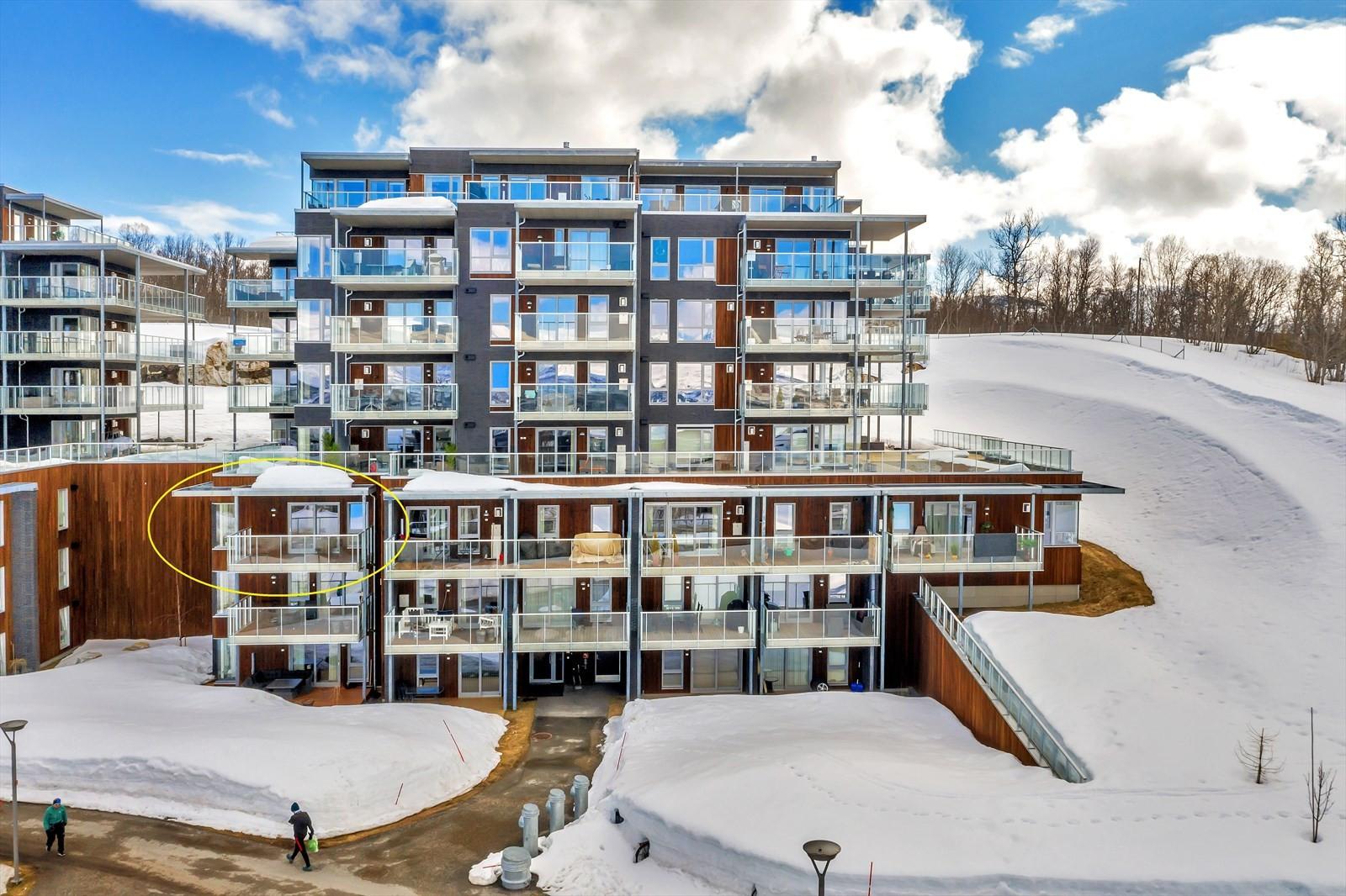 Leiligheten ligger i innerste bygg og i 3. etasje. Dette gir nydelig utsikt og gode solforhold