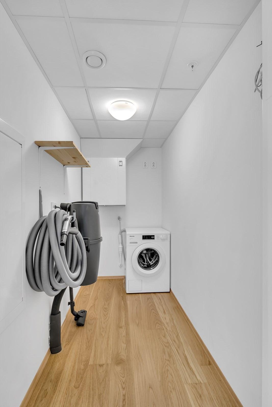 Boden er utstyrt med uttak for vaskemaskin og sentralstøvsuger ¨
