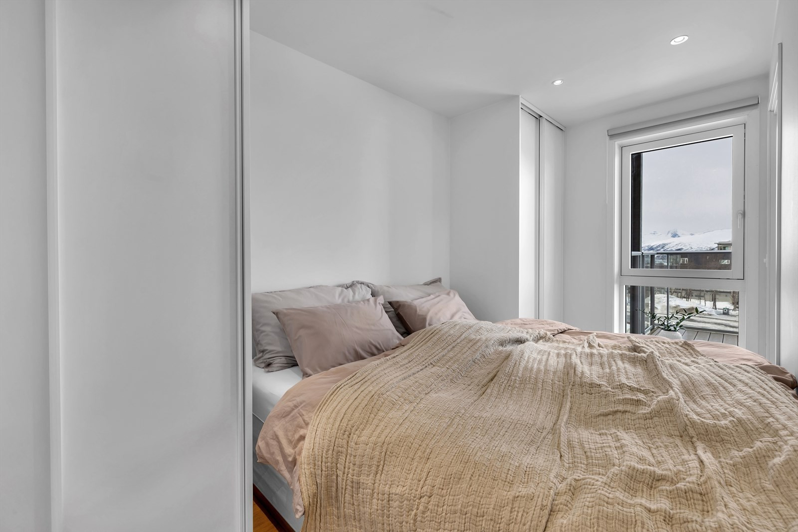 Garderober på begge sider av sengen