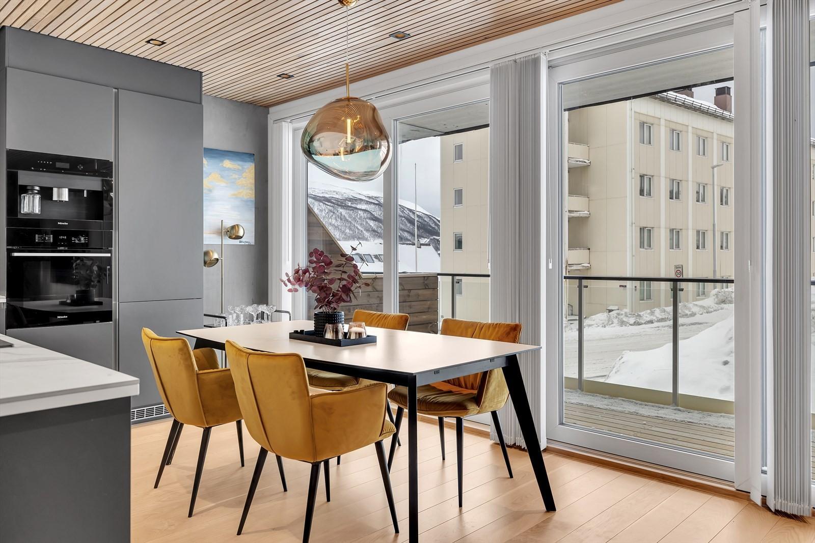 God plass til stort spisebord. Skyvedør som tar deg ut til terrassen.