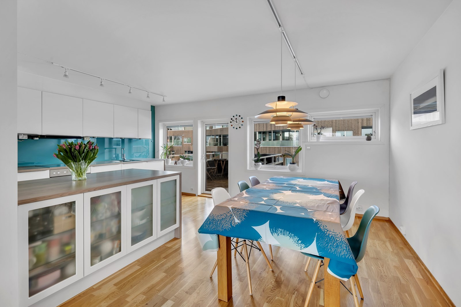 Stort og innholdsrikt kjøkken med spisebord