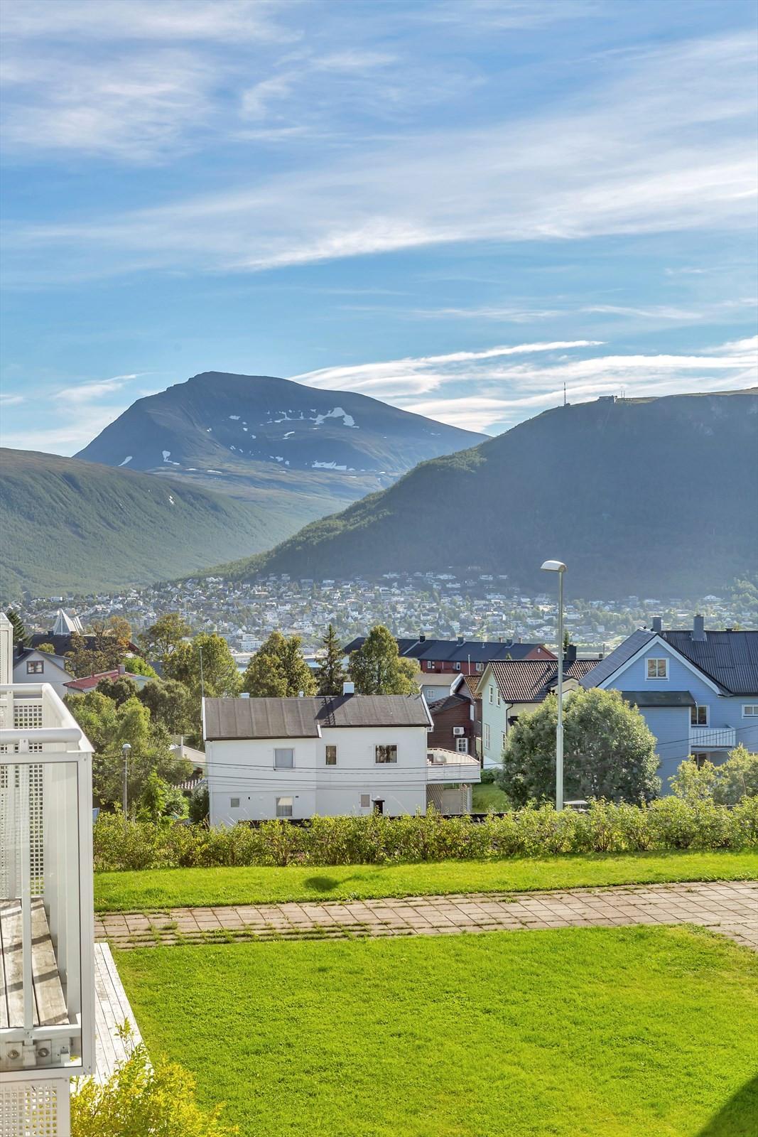 Flott utsikt fra terrasse mot Tinden og fastlandet.
