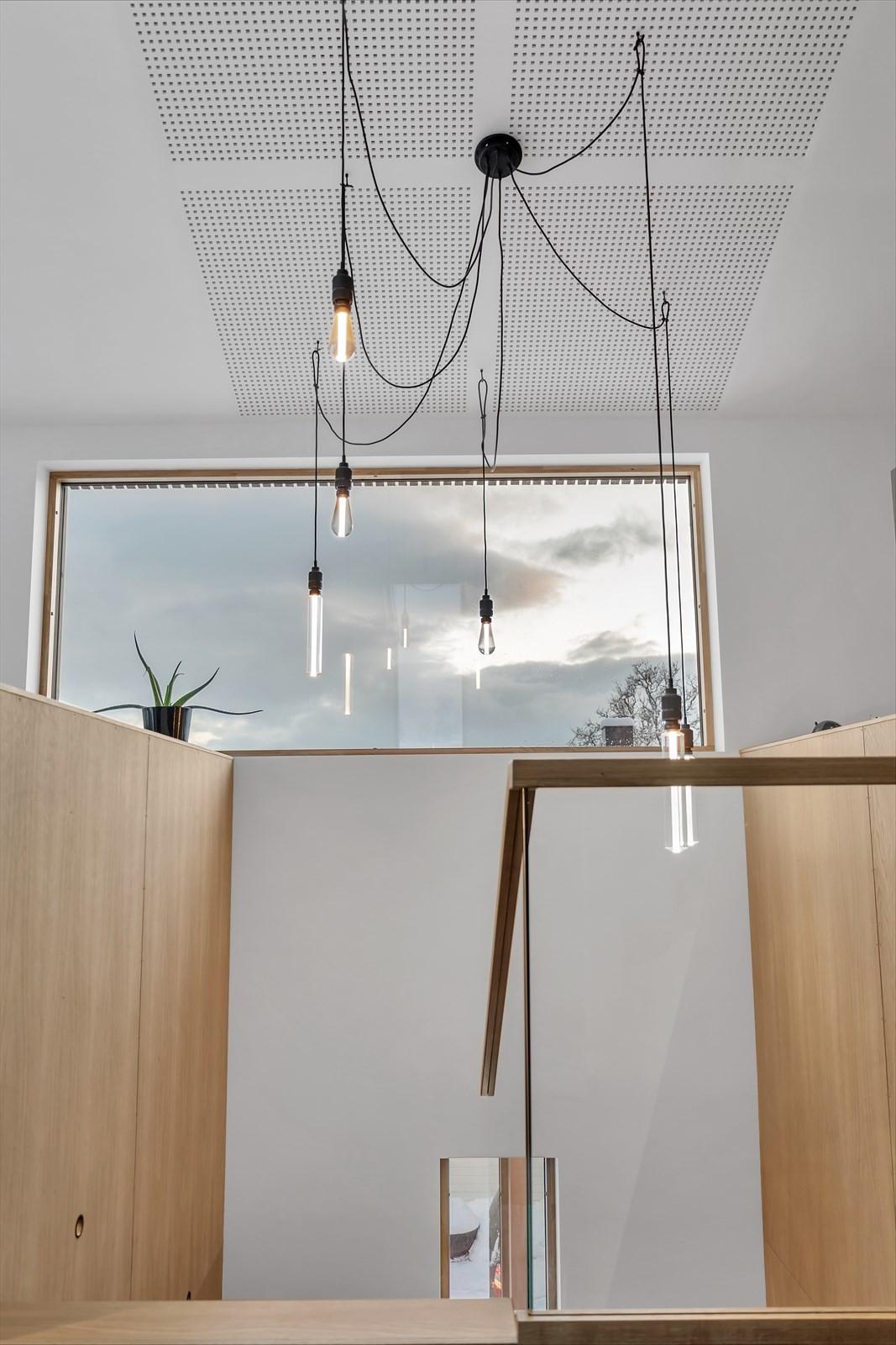 Trapperom med lys oppheng og lydhimlingsplater for å dempe støy.