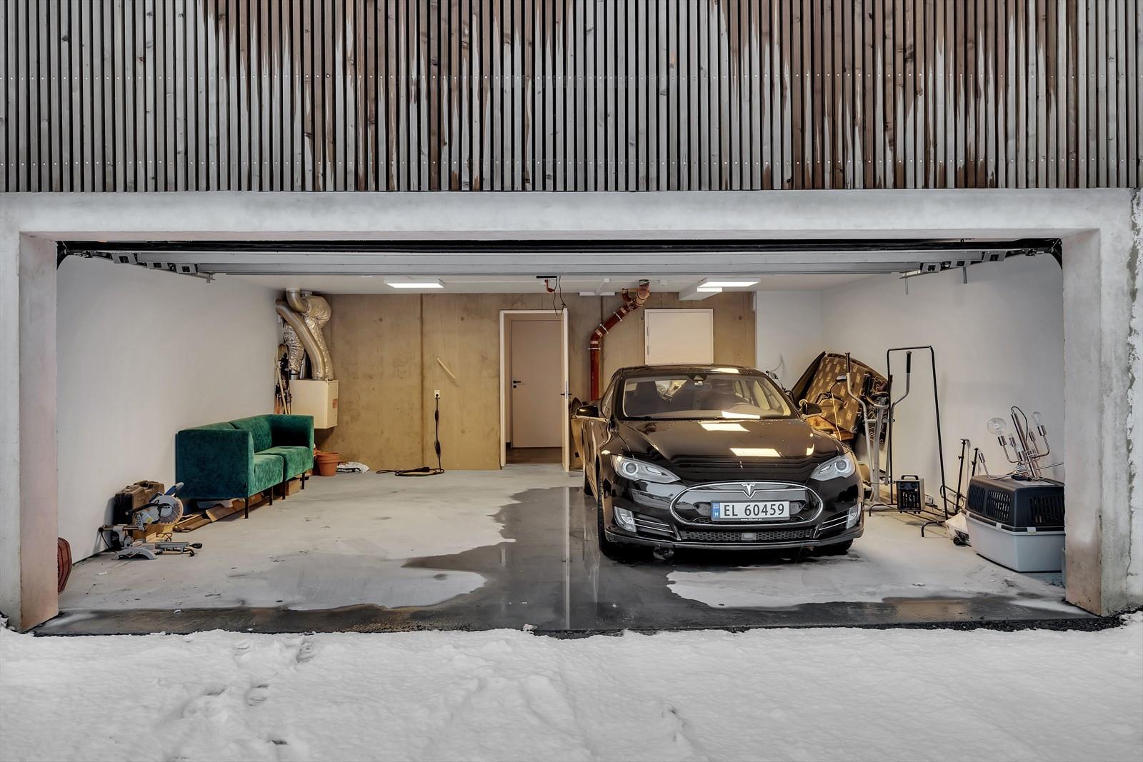 Felles garasje med direkte adkomst til boligen, p-plass til venstre i bildet og inngang til bolig via vaskerom/bod.