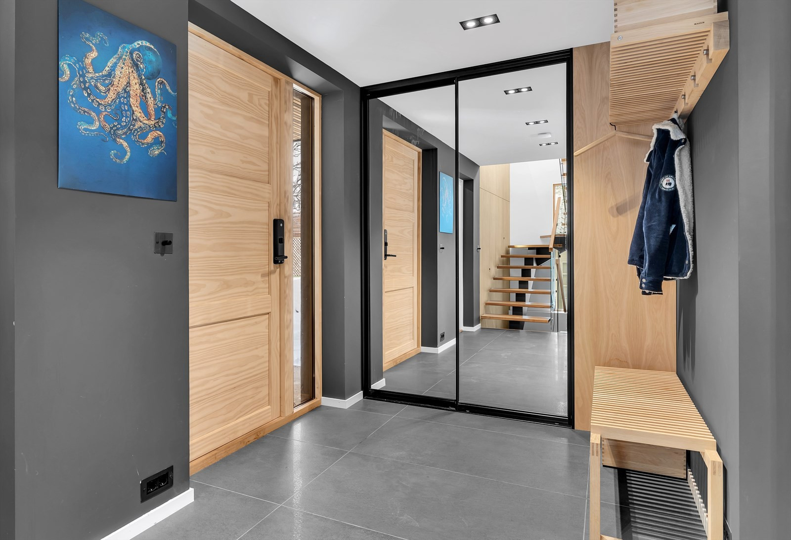 Håndlaget accoya ytterdører, integrert speil garderobe.