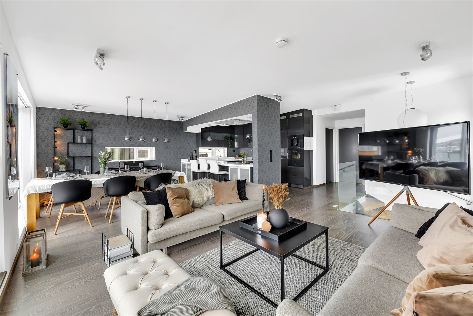 Eksklusivt og moderne inntrykk i boligens toppetasje