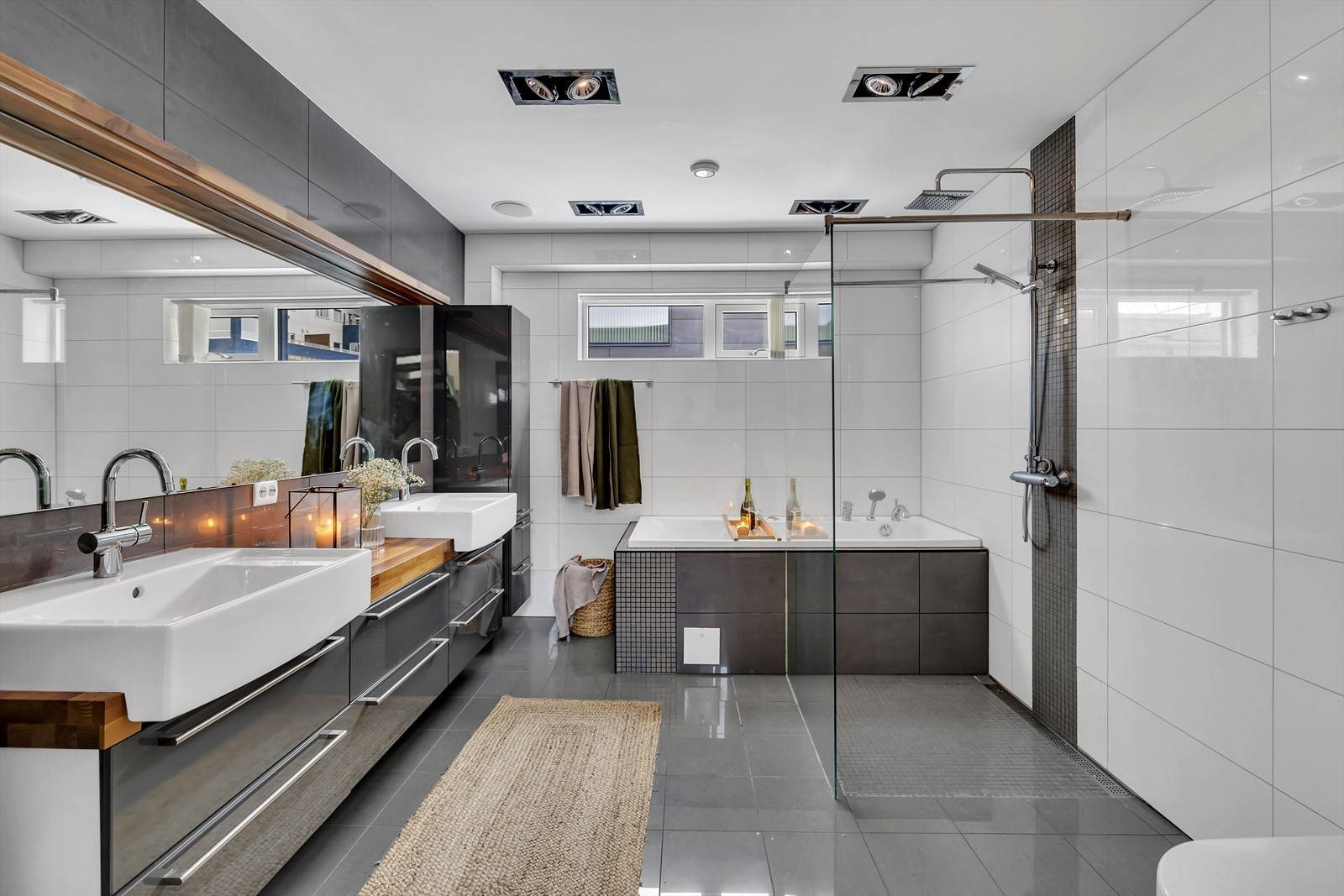 Eksklusivt bad i hovedetasjen med stor innredning, badekar og delvis åpen dusjløsning