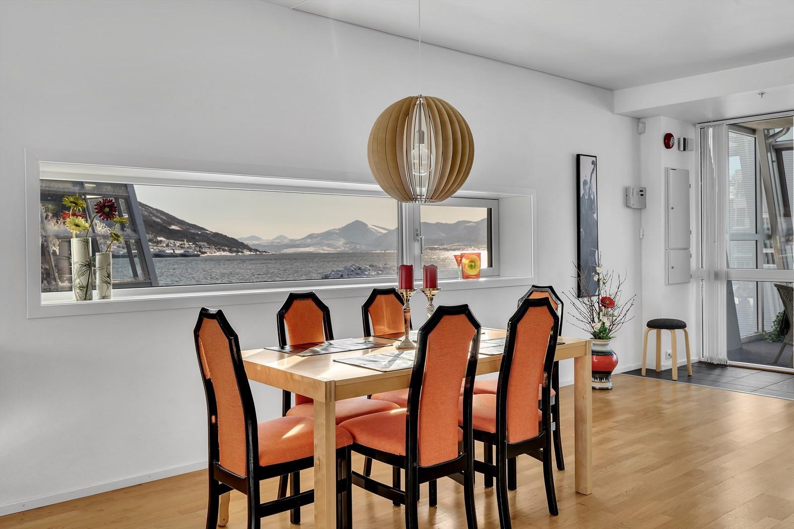 Flott spiseplass med utsikt mot Balsfjorden.