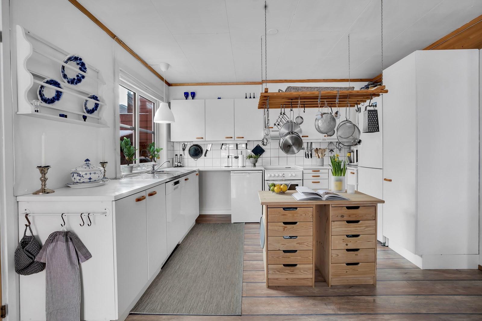 Kjøkkeninnredning fra opprinnelsen, godt ivaretatt og supplert med ekstra kjøkkenøy