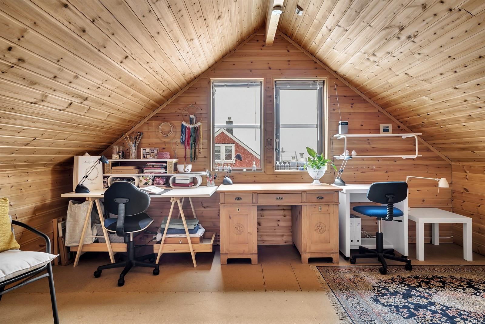 Loftet har vært benyttet som arbeids / hobbyrom. Her har flere laget både 1- og 2. soverom