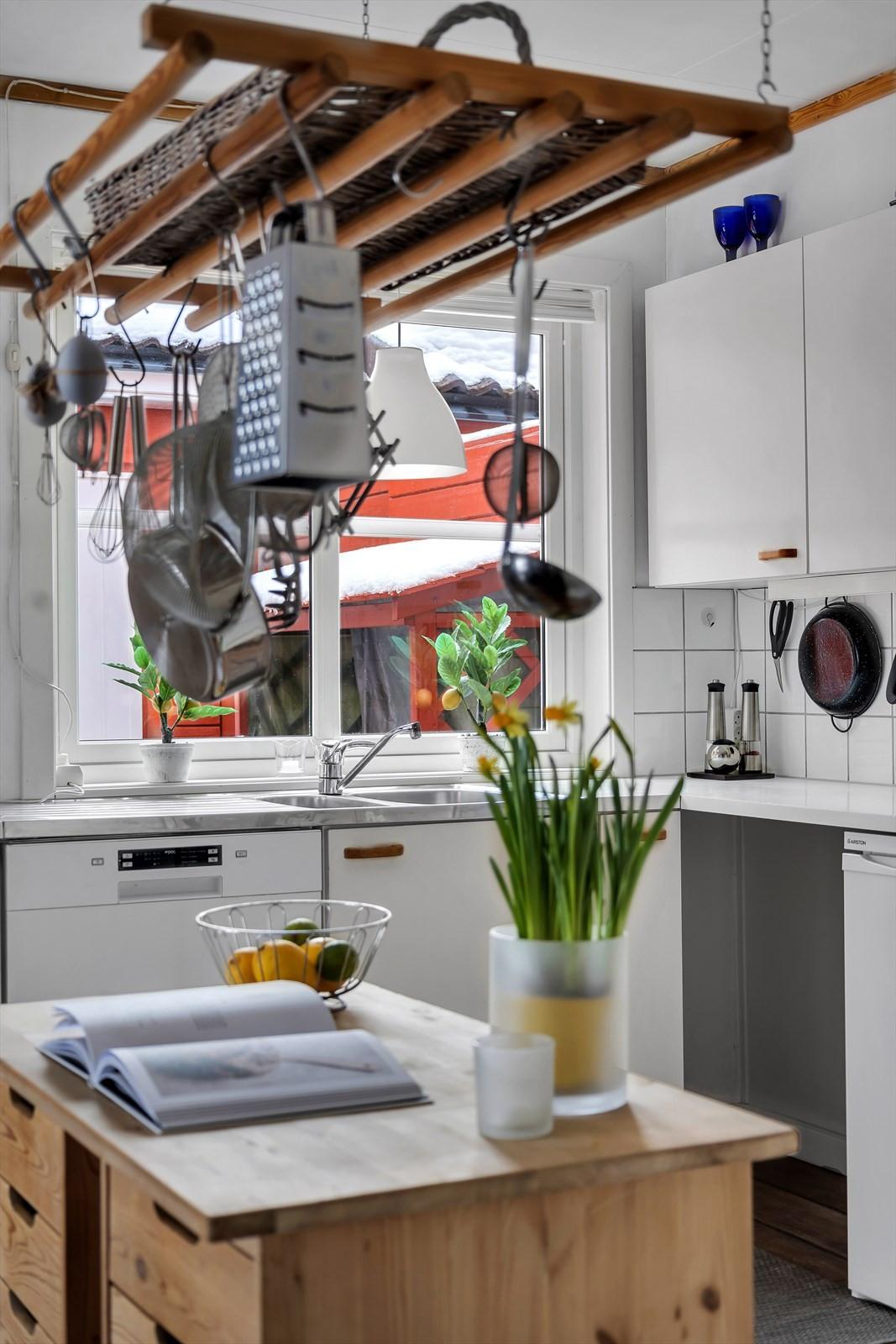 Stilig redskapsoppheng på kjøkkenet