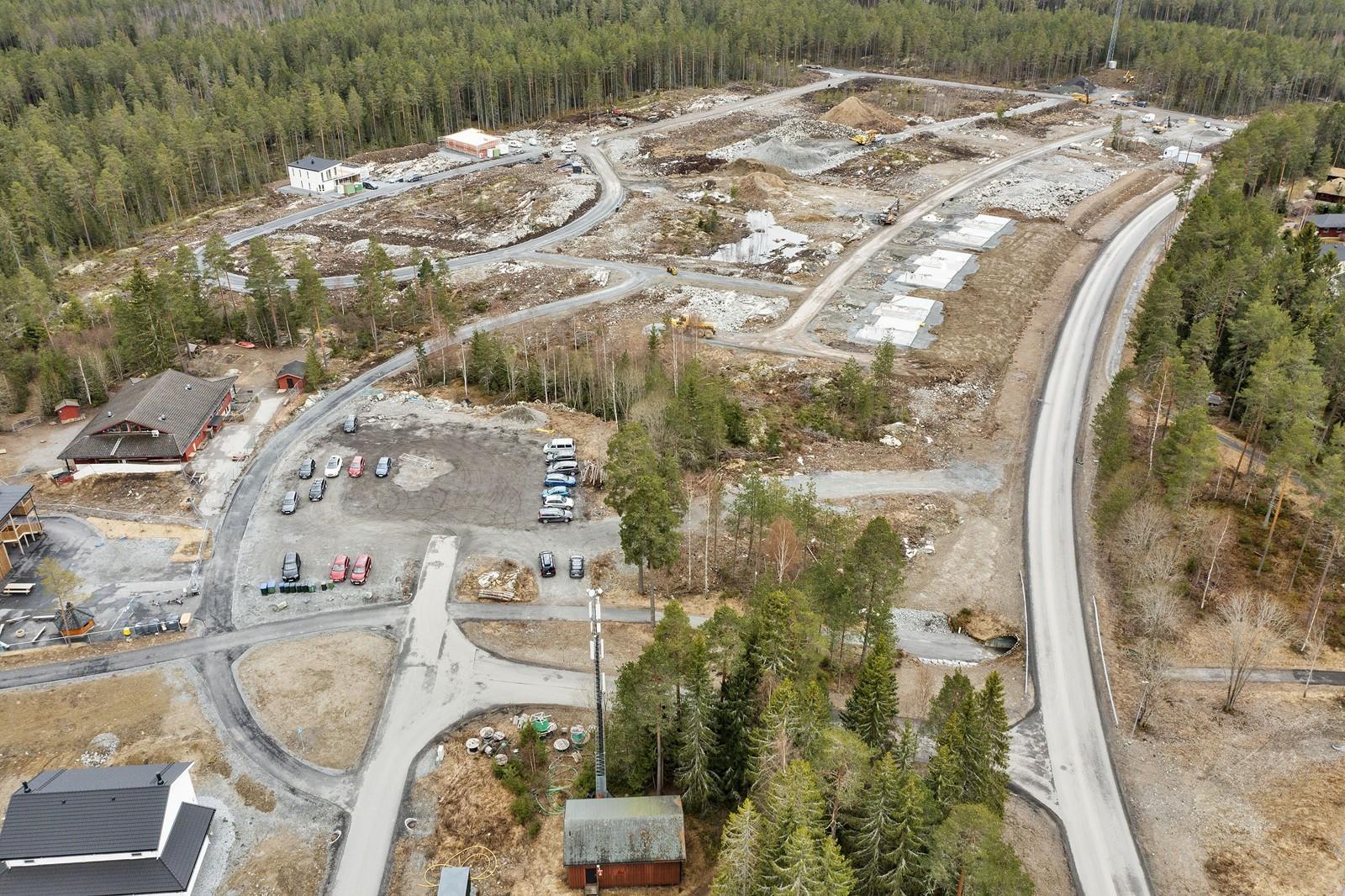Grenser til hovedvei, gangveier og boligområde som er under utvikling mot syd