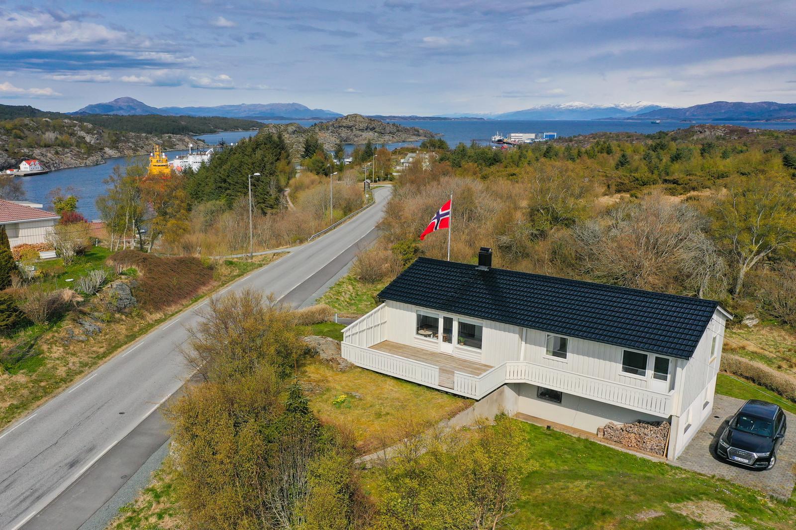 Utsikt mot Siggjo og Folgefonna. Turløype rett bak huset.