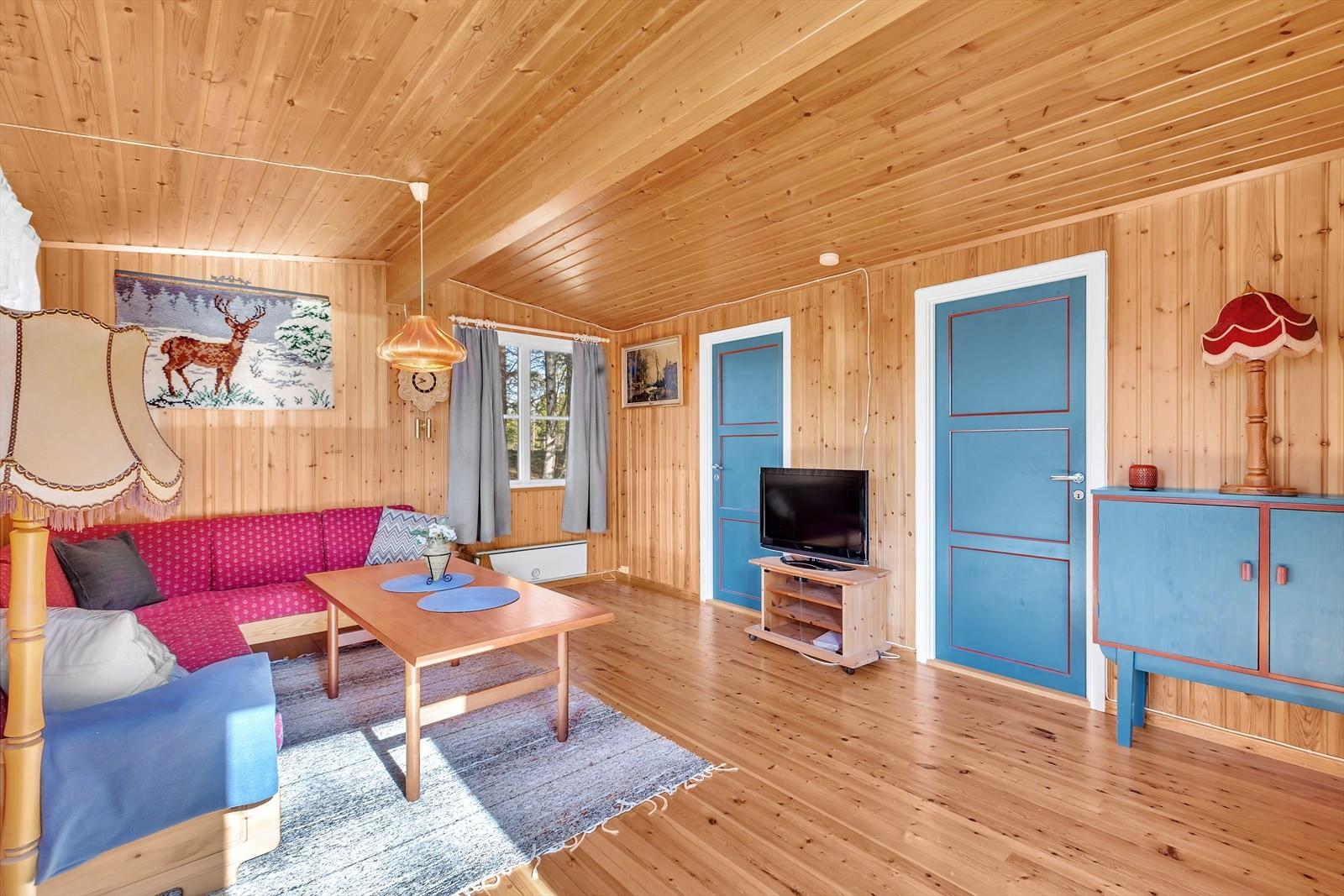 Dører leder til to av soverommene i hytta.