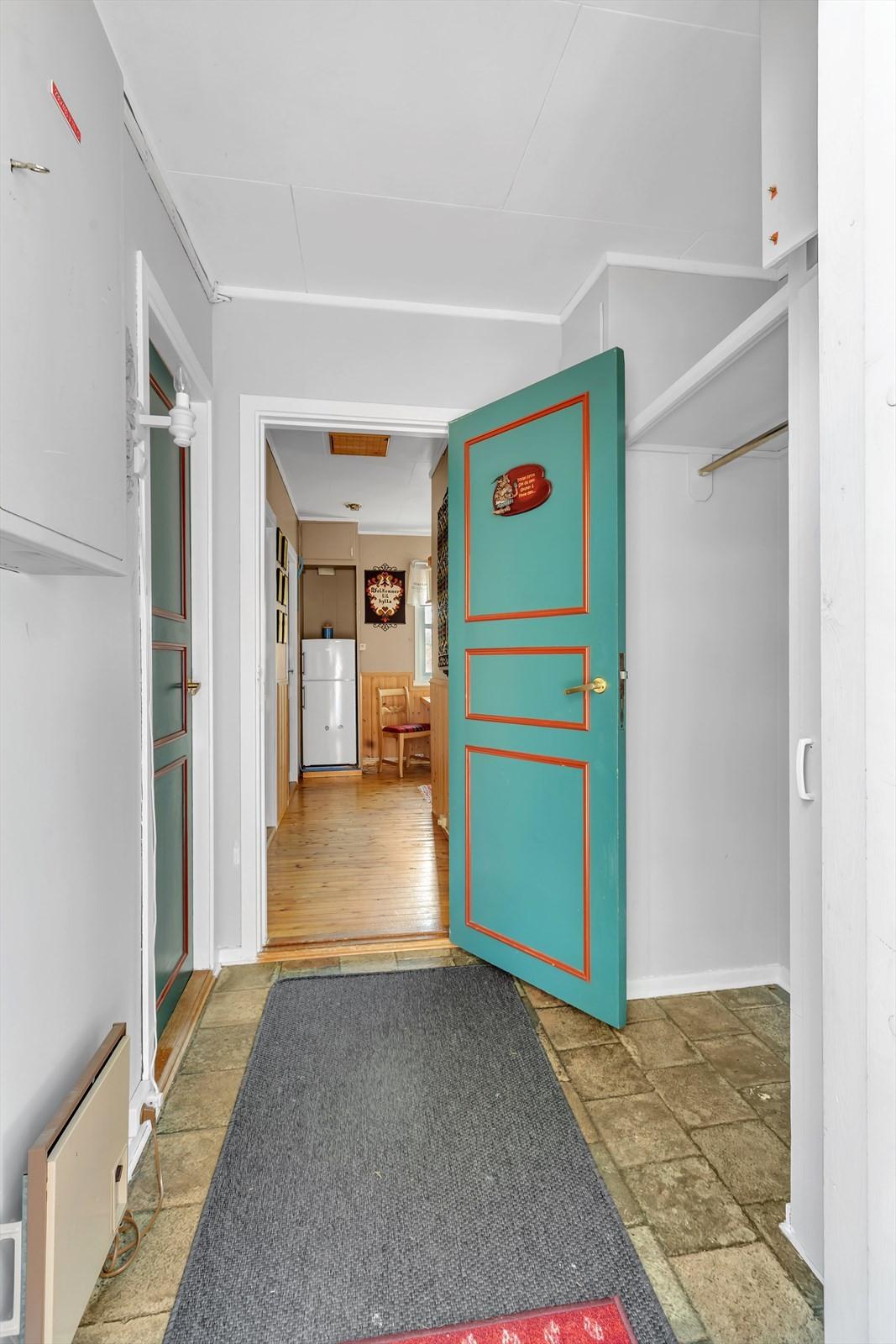 Vindfang med garderobeplass og bod til venstre.