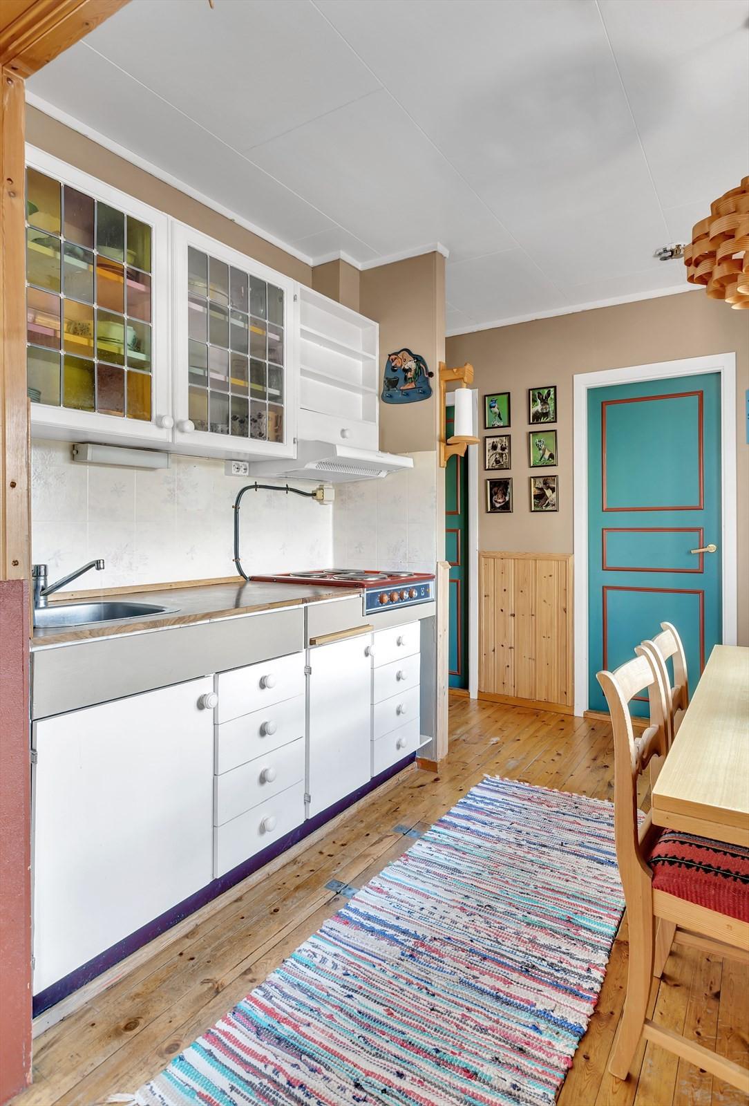 Kjøkken med hvite fronter.