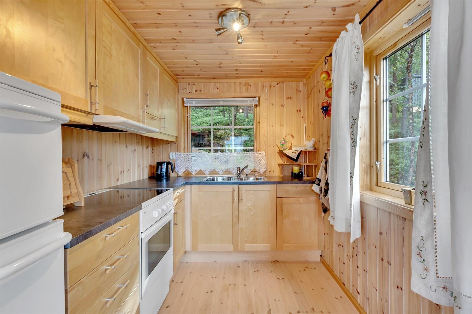 Vinduer fra to sider gir godt lys i kjøkkenet