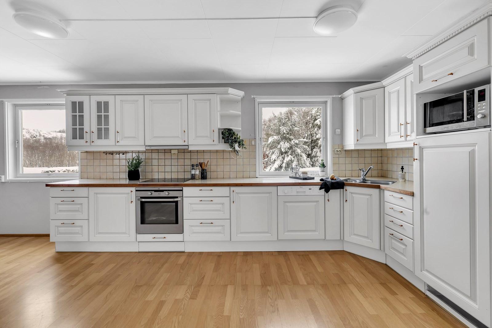 Stort kjøkken med masse lagringsplass