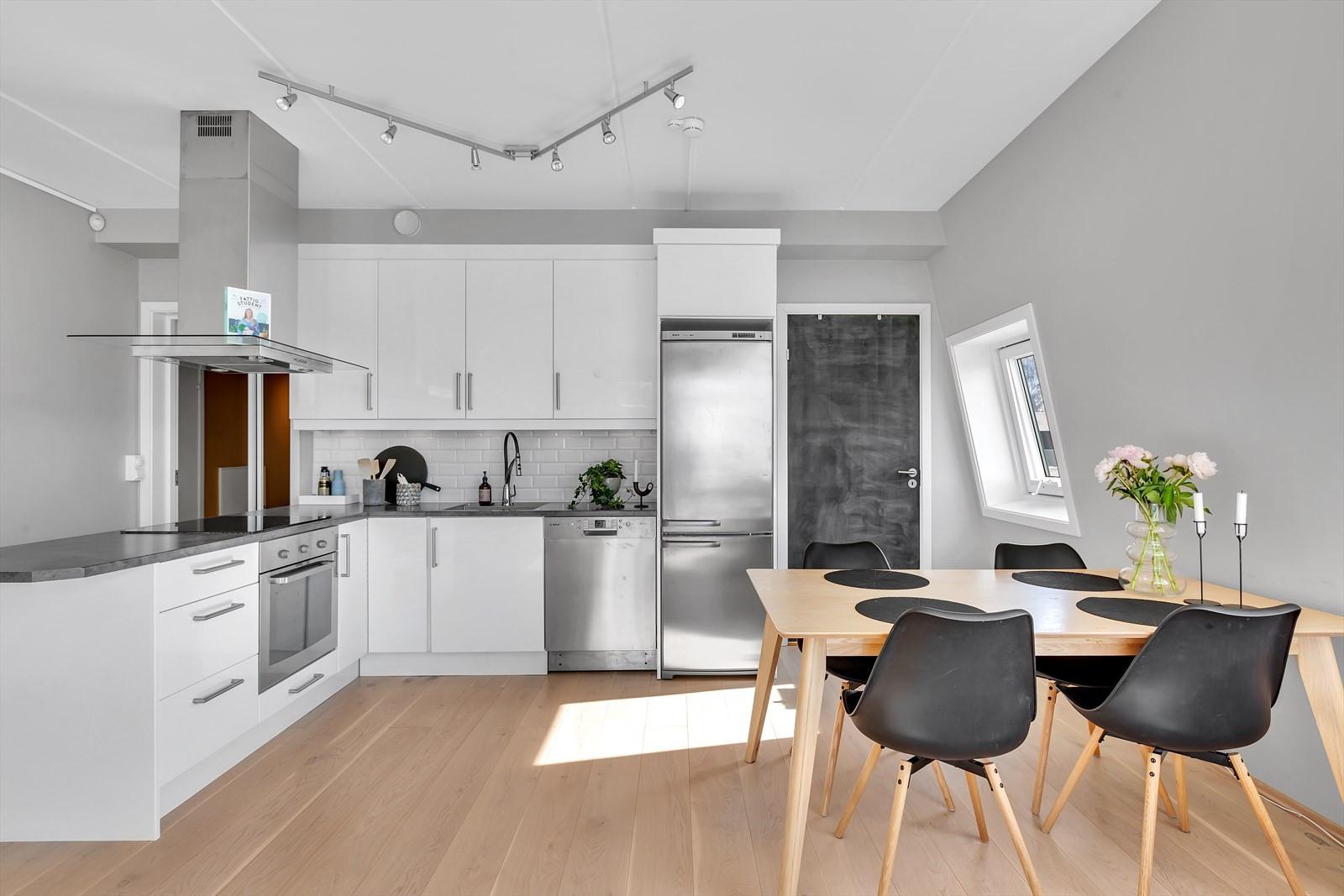 Kjøkken med godt med benkeplass.