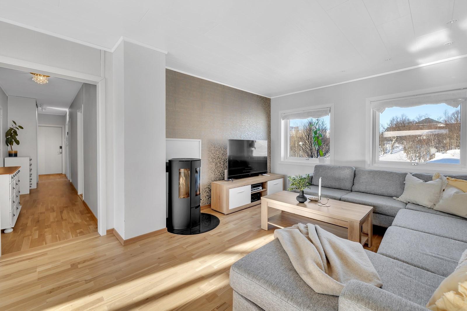 Lys og fin stue, oppgradert i nyere tid.